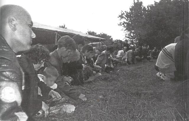 Foto iz arhive Narodnog muzeja u Čačku: Pletenje venčića na Prve Trojice, selo Jezdina 2001. godine