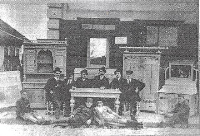 """Foto iz arhive Muzeja: Radnici Prve stolarske zadruge """"Budućnost"""", 1921."""