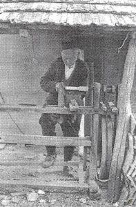 Foto iz arhive Muzeja: Vojin Stojanović obrađuje drvo na drebanu, Mrčajevci,